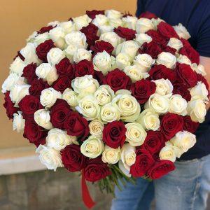 101 красная и белая роза в Мариуполе фото