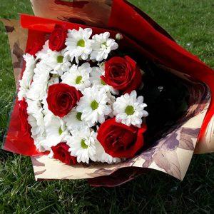 Букет Подарочек красные розы и ромашковые хризатемы