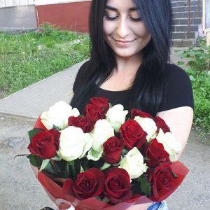 Счастливый получатель цветов в Мариуполе