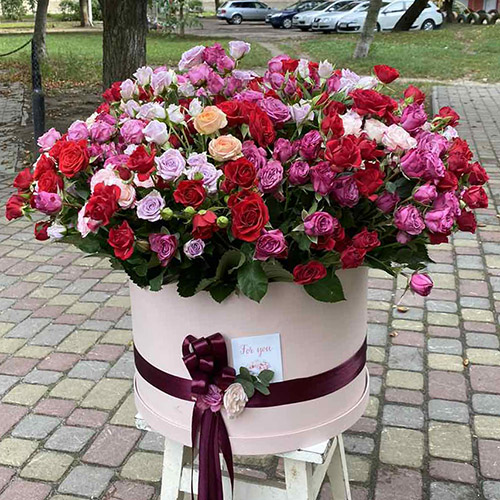кустовые розы в коробке Мариуполь