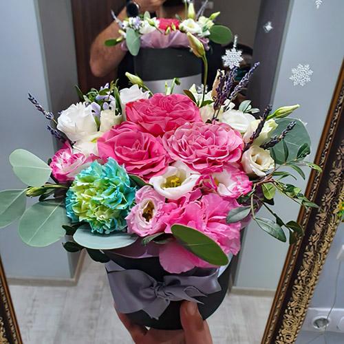 букет цветов для мамы в шляпной коробке