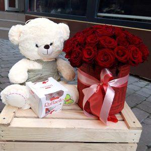 33 розы в коробке, конфеты и мягкая игрушка в Мариуполе фото