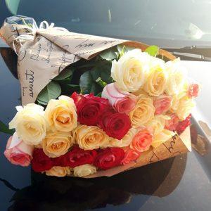 букет разноцветных роз 51 роза микс