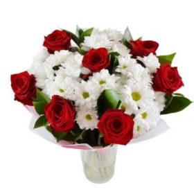 букет подарочек розы и хризантемы