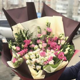 фото Кустовая роза с эустомой