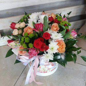 букет с хризантемами и кустовыми розами в коробке фото