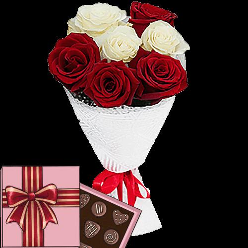 7 красных и белых роз с конфетами