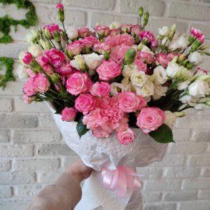 Микс букет из кустовых роз и белых эустом