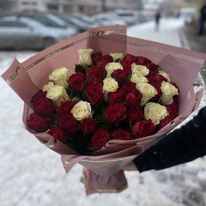 Букет 51 красная и белая роза фото