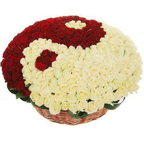 """Фото товара 101 роза """"Инь-Ян"""" в корзине"""