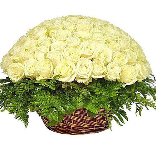 Фото товара 101 белая роза в корзине