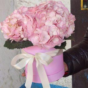 Букет розовых гортензий в шляпной коробке