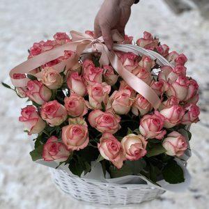 розовая роза Джумилия в корзине