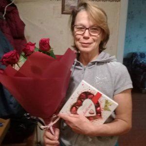 красные розы и конфеты