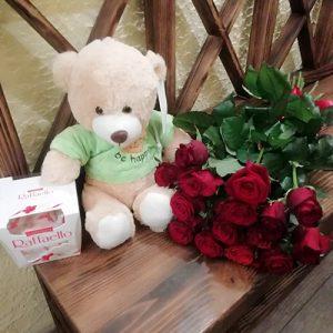 красные розы, конфеты и мягкая игрушка