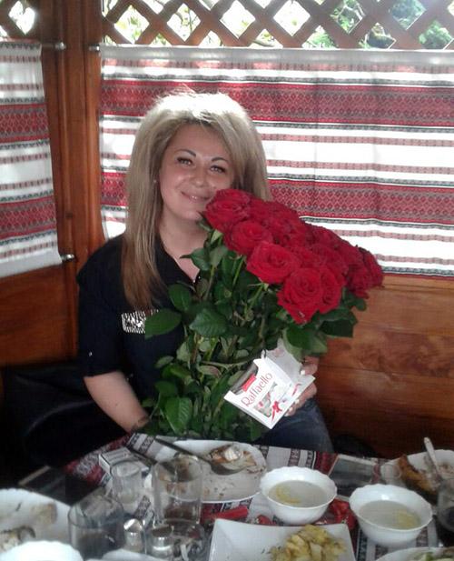 вручение букета красных роз от магазина цветов в Мелитополе